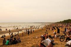 17 de noviembre de 2012 bali Playa de Kuta apretada con los turistas fotografía de archivo