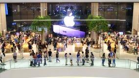 16 de noviembre de 2018 Bangkok Nueva gente de Apple Store que camina a su nueva tienda en Bangkok En Iconsiam localizado metrajes