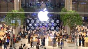 16 de noviembre de 2018 Bangkok Nueva gente de Apple Store que camina a su nueva tienda en Bangkok En Iconsiam localizado almacen de video