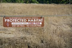 5 de noviembre de 2017 Carmel-By-The-Sea/USA - hábitat protegido, estancia en rastro - ninguna muestra de recogida en la reserva  fotos de archivo