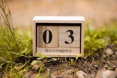 3 de noviembre Día 3 de sistema de noviembre en calendario de madera en fondo de madera del tablón foto de archivo libre de regalías
