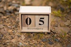 5 de noviembre Día 5 de sistema de noviembre en calendario de madera en fondo de madera del tablón Autumn Time fotografía de archivo libre de regalías