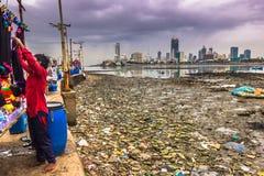 15 de noviembre de 2014: Comerciante por la costa de Bombay, la India Foto de archivo libre de regalías