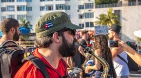 27 de noviembre de 2016 El hombre en el casquillo de color caqui con la bandera de Cub Fotos de archivo libres de regalías