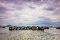 15 de noviembre de 2014: Grupo de barcos del viaje en la costa Bombay, Indi Imagen de archivo libre de regalías
