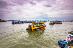 15 de noviembre de 2014: Grupo de barcos del viaje en la costa Bombay, Indi Fotografía de archivo libre de regalías