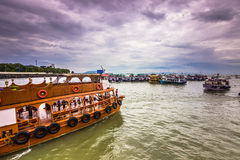 15 de noviembre de 2014: Grupo de tourboats en Bombay, la India Foto de archivo libre de regalías