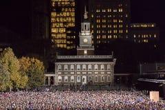7 DE NOVIEMBRE DE 2016, INDEPENDENCIA PASILLO, PHIL , PA - los millares asisten a Hillary Clinton Election Eve Get Out la reunión Imagen de archivo