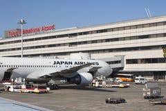 5 de noviembre de 2015 - Japan Airlines y x28; JAL& x29; aeroplanos en el interno de Tokio Imagen de archivo