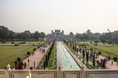 2 de noviembre de 2014: Jardines de Taj Mahal en Agra, la India Imágenes de archivo libres de regalías