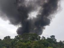 27 de noviembre de 2016, Johor Humo ardiente al lado de la carretera Fotos de archivo libres de regalías