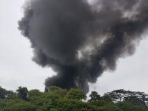 27 de noviembre de 2016, Johor Humo ardiente al lado de la carretera Foto de archivo