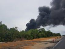 27 de noviembre de 2016, Johor Humo ardiente al lado de la carretera Imagen de archivo libre de regalías