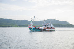 14 de noviembre de 2014 - la nave de la pesca navega en el golfo de Tailandia El pi Fotografía de archivo libre de regalías