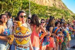 27 de noviembre de 2016 Mujer en gafas de sol con la percusión que pone o Imagenes de archivo