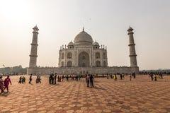 2 de noviembre de 2014: Opinión frontal Taj Mahal en Agra, la India Foto de archivo libre de regalías