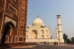 2 de noviembre de 2014: Pared de una mezquita cerca de Taj Mahal en Agra, Fotos de archivo libres de regalías