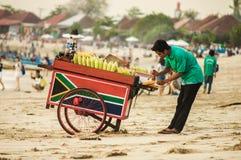 18 de noviembre de 2012 El vendedor del maíz asado en Bali Jimbara foto de archivo libre de regalías