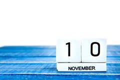 10 de noviembre Imagen del calendario del 10 de noviembre en fondo azul Imagen de archivo libre de regalías