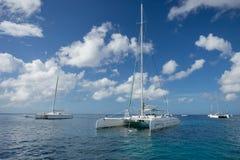 5 de noviembre de 2015, Punta Cana, República Dominicana: El descubrimiento 3 del catamarán parqueó en el mar del Caribe la costa foto de archivo libre de regalías