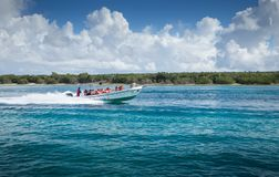 5 de noviembre de 2015, Punta Cana, República Dominicana: Travesía de la lancha de carreras a la isla de Saona en Punta Cana, el  imagen de archivo