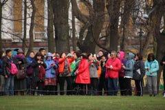 4 de noviembre de 2018, Rusia, St Petersburg, grupo de turistas chinos que toman imágenes de vistas fotografía de archivo libre de regalías