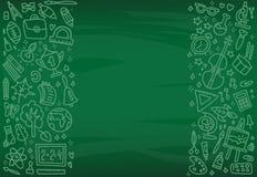 De nuevo al cartel de la escuela con los iconos de la escuela del garabato en tablero verde Los objetos de la escuela dan dibujad stock de ilustración