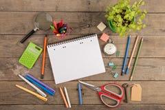 De nuevo al concepto de la escuela - fuentes de escuela en el escritorio de madera Foto de archivo