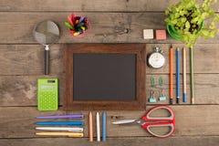De nuevo al concepto de la escuela - fuentes de escuela en el escritorio de madera Fotografía de archivo libre de regalías