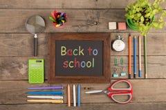 De nuevo al concepto de la escuela - fuentes de escuela en el escritorio de madera Fotos de archivo