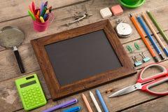 De nuevo al concepto de la escuela - fuentes de escuela en el escritorio de madera Foto de archivo libre de regalías