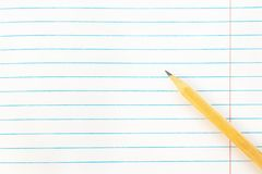 De nuevo al concepto de la educación escolar - papel de nota en blanco con el lápiz Primer, maqueta, espacio de la copia foto de archivo