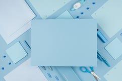De nuevo al fondo de la escuela - sistema rosado de los efectos de escritorio del ` s del muchacho diverso y papel en blanco para Foto de archivo