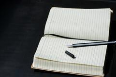De nuevo al negro del cuaderno de Noteblock de la escuela que escribe a Pen Notes Summer imagenes de archivo