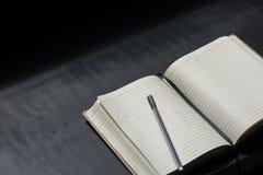 De nuevo al negro del cuaderno de Noteblock de la escuela que escribe a Pen Notes Summer fotos de archivo libres de regalías