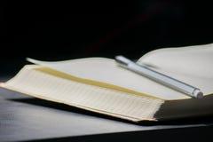 De nuevo al negro del cuaderno de Noteblock de la escuela que escribe a Pen Notes Summer fotografía de archivo
