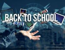 De nuevo al título de la escuela rodeado por el dispositivo tenga gusto del smartphone, tableta imagen de archivo