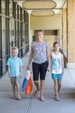 De nuevo a compras de la escuela con los niños Fotos de archivo libres de regalías