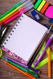 De nuevo a concepto de la escuela con el cuaderno y las herramientas coloridas Fotografía de archivo libre de regalías