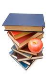 De nuevo a concepto de la escuela con los libros y la manzana Imágenes de archivo libres de regalías