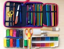 De nuevo a concepto de la escuela en fondo de madera de la tabla selección de accesorios del shool Imágenes de archivo libres de regalías