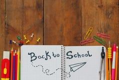 De nuevo a concepto de la escuela Fuentes de escuela en el escritorio Foto de archivo libre de regalías