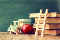 De nuevo a concepto de la escuela Pizarra con los libros Fotografía de archivo libre de regalías