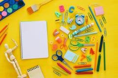 De nuevo a concepto de la escuela Visión superior Cuaderno de la escuela en la madera amarilla Imagenes de archivo