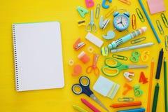 De nuevo a concepto de la escuela Visión superior Cuaderno de la escuela en la madera amarilla Foto de archivo libre de regalías