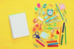 De nuevo a concepto de la escuela Visión superior Cuaderno de la escuela en la madera amarilla Fotos de archivo libres de regalías