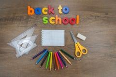 De nuevo a concepto de la escuela con las fuentes de escuela imagen de archivo libre de regalías