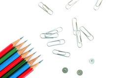 De nuevo a concepto de la escuela Sistema de lápices, de clips y de pasadores multicolores en el fondo blanco stock de ilustración