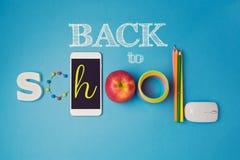 De nuevo a diseño creativo de la escuela con las fuentes del smartphone, de la manzana y de escuela Imagen de archivo