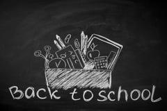 De nuevo a escuela Accesorios de la escuela marcados con tiza en la pizarra Imagen de archivo